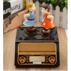 Radyo Tasarımlı Öpüşen Aşıklar